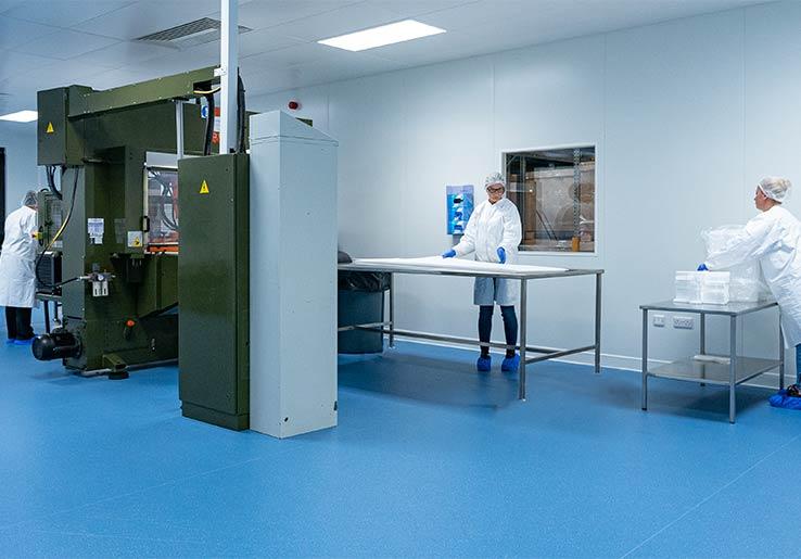 Employés dans une salle propre de fabrication